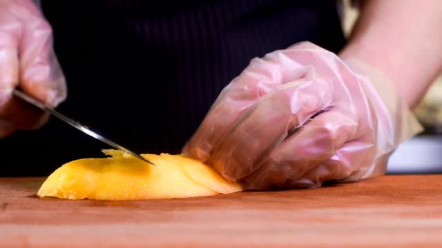 vídeos de stock e filmes b-roll de the chef in black apron cuts vegetables. tartar - produto de carne
