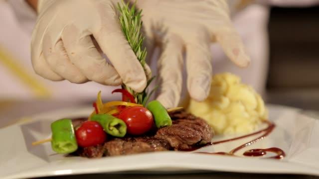 vídeos de stock, filmes e b-roll de o chef prepara bifes - eventos de gala
