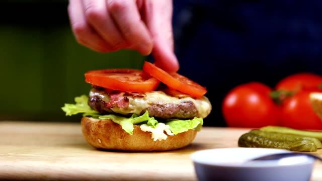the chef prepares burger - cheeseburger filmów i materiałów b-roll
