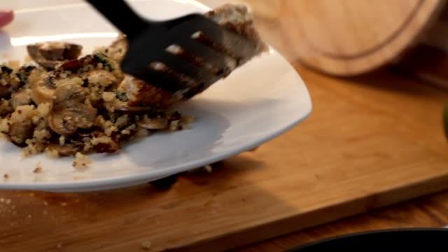 요리사가 접시에 튀긴 고기 커틀릿을 넣어 요리를 제공합니다. - burger and chicken 스톡 비디오 및 b-롤 화면