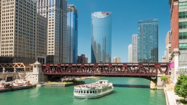 El río Chicago y el centro horizonte de Chicago - vídeo