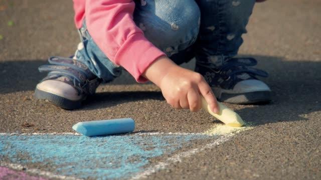 das kind zieht im park - kreide weiss stock-videos und b-roll-filmmaterial