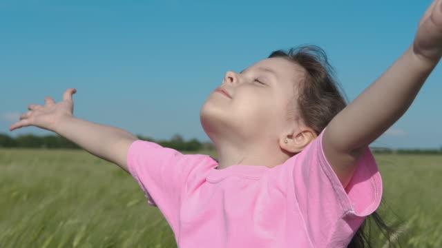 barnet åtnjuter frihet. - endast flickor bildbanksvideor och videomaterial från bakom kulisserna