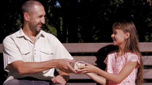 A criança dá um presente para o pai. - vídeo