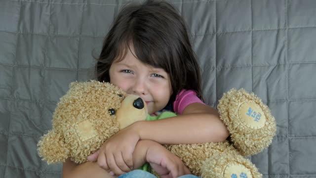 vídeos de stock e filmes b-roll de the child is crying. - teddy bear