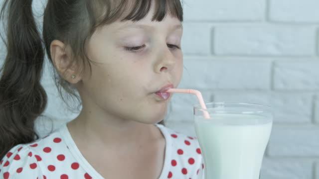 barnet dricker mjölk. - sugrör bildbanksvideor och videomaterial från bakom kulisserna
