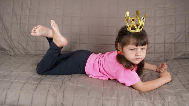 vidéos et rushes de l'enfant est méchant. princesse capricieuse. - couronne reine