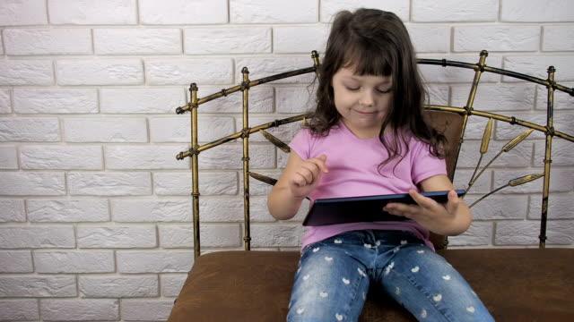 çocuk tablet ile oynuyor - dijital yerli stok videoları ve detay görüntü çekimi
