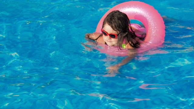 barnet lär sig att simma. - inflatable ring bildbanksvideor och videomaterial från bakom kulisserna