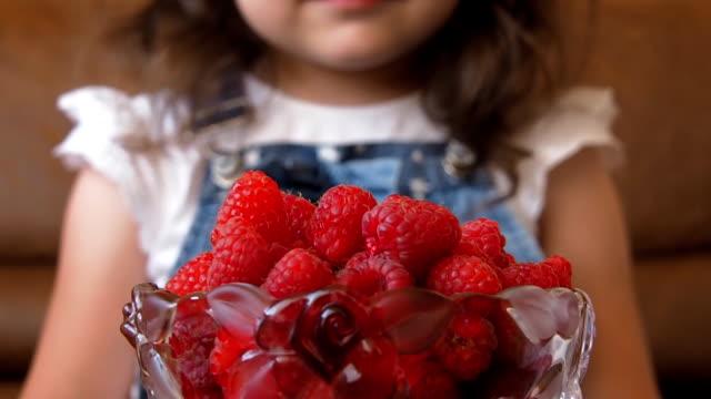 vídeos y material grabado en eventos de stock de el niño mira las frambuesas - frambuesa
