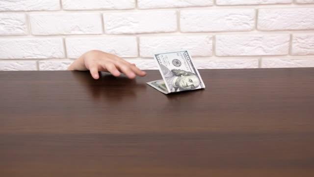 子供には、金がかかります。 - テーブル点の映像素材/bロール