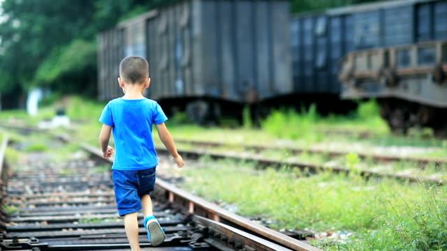 お子様の遊びにトラック - 4歳から5歳点の映像素材/bロール