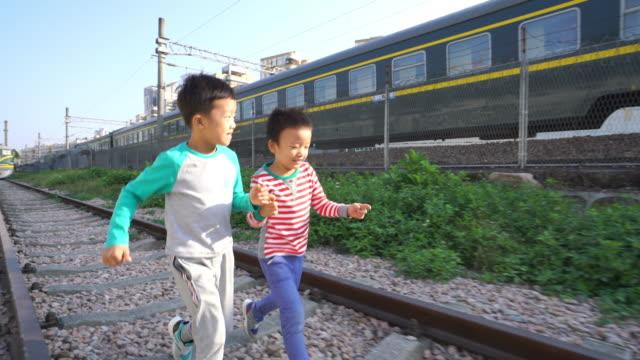 お子様の遊びにトラック - 兄弟点の映像素材/bロール