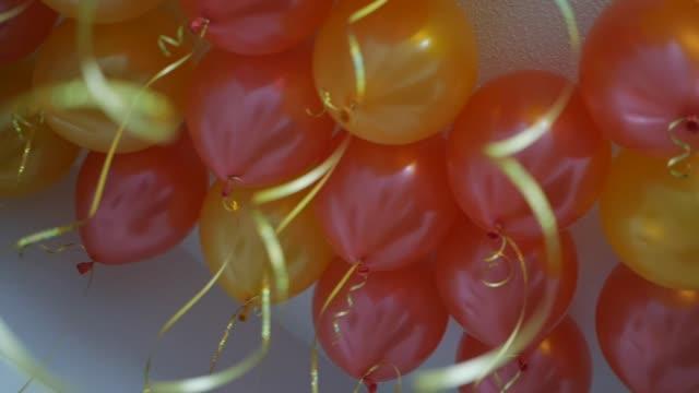 children's party ballonger - blue yellow band bildbanksvideor och videomaterial från bakom kulisserna