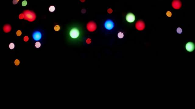 die weihnachtslichter der girlande funkeln hell. - spruchband stock-videos und b-roll-filmmaterial
