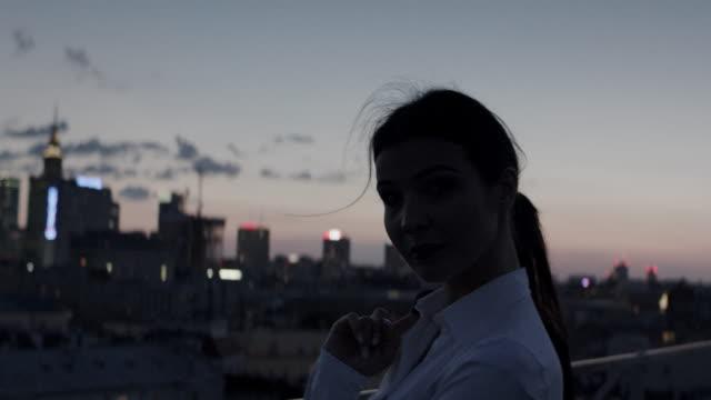 vídeos de stock e filmes b-roll de the city is mine. businesswoman relaxing on a rooftop - happy hour