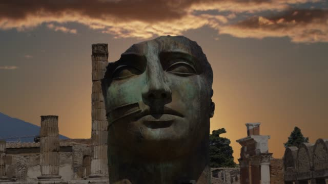 the city of pompeii, destroyed in 79 bc. the eruption of mount vesuvius - archeologia video stock e b–roll