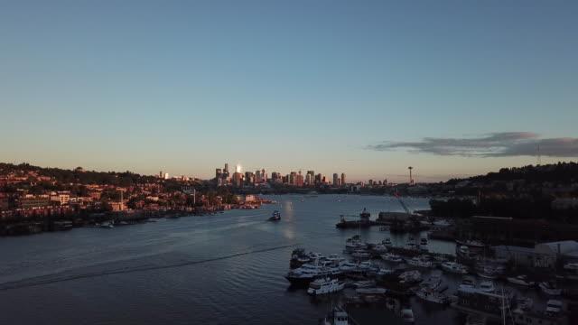 도시는 멀리 멀리 뻗어 - seattle 스톡 비디오 및 b-롤 화면