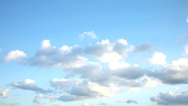 クリアスカイに、クラウド - ふわふわ点の映像素材/bロール