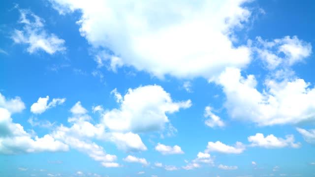 vídeos de stock, filmes e b-roll de o céu claro com uma nuvem - céu