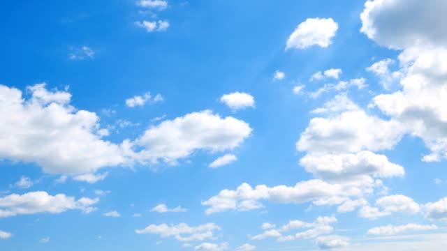 vídeos de stock, filmes e b-roll de o céu claro com uma nuvem - só céu