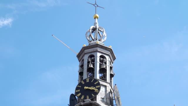 vídeos de stock e filmes b-roll de the clock tower on the kings palace in asmterdam - dia de reis