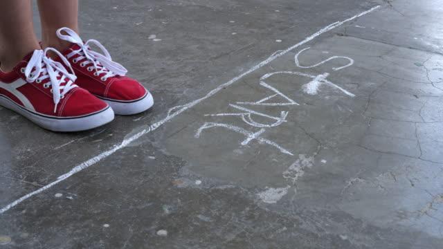 başlangıç çizgisinin önünde kadının yakın ayakları - başlama çizgisi stok videoları ve detay görüntü çekimi