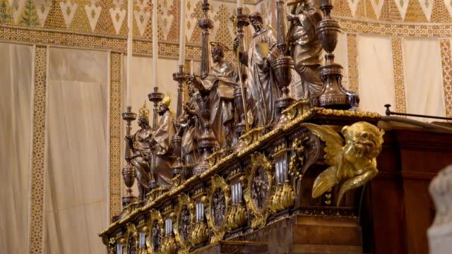 シチリア島パレルモの大聖堂の小さな彫像の吟味 - モンレアーレ点の映像素材/bロール