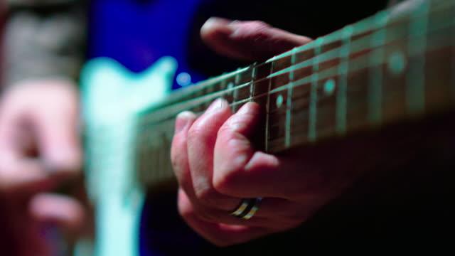 den närbild video av mannen spelar gitarr - gitarrist bildbanksvideor och videomaterial från bakom kulisserna