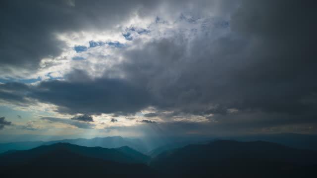 stockvideo's en b-roll-footage met de cloud stream boven prachtige bergen. time lapse - regen zon