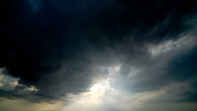 stockvideo's en b-roll-footage met de cloud stream op de felle zon achtergrond. time lapse - regen zon
