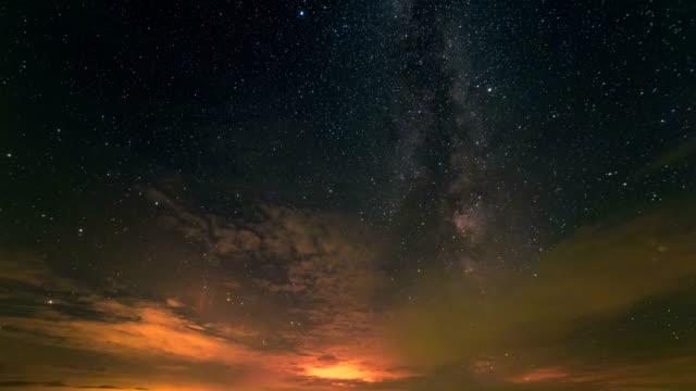 vídeos y material grabado en eventos de stock de la corriente de la nube en el fondo del cielo estrellado. lapso de tiempo - la vía láctea
