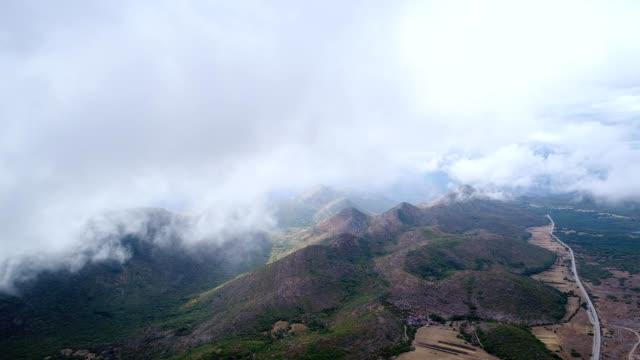 グラブの村の近くの山の上に雲が浮く - ボスニア・ヘルツェゴビナ点の映像素材/bロール