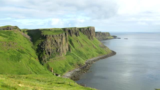 スコットランドのスカイ島の海岸 - 崖点の映像素材/bロール