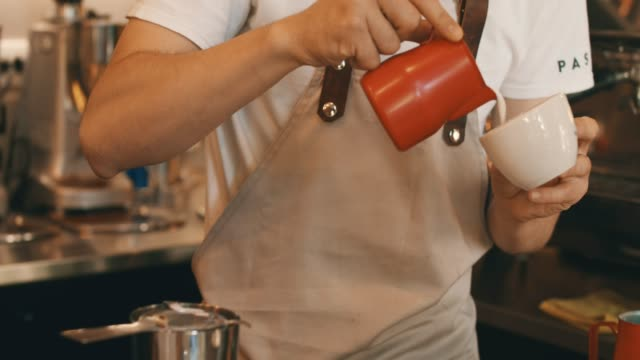 コーヒーを提供する準備ができてください。 - バーカウンター点の映像素材/bロール