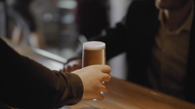 バーで仕事の後を楽しむ同僚 - バーカウンター点の映像素材/bロール