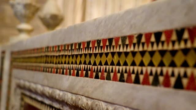 シチリア島パレルモの大聖堂の壁の端にカラフルなデザイン - モンレアーレ点の映像素材/bロール