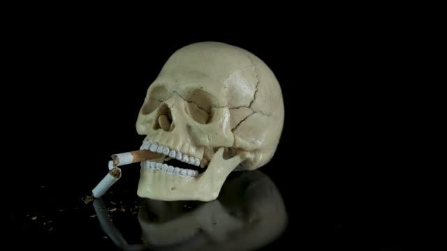 sigaradan ölmek kavramı. - nikotin stok videoları ve detay görüntü çekimi