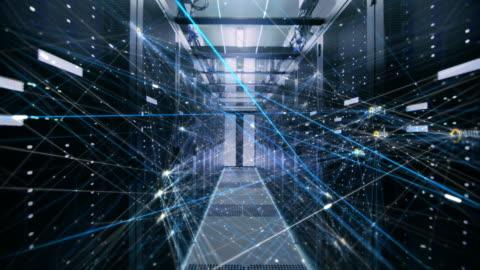 il concetto di: digitalizzazione del flusso di informazioni che si sposta attraverso i server rack nel data center. web, rete, thread di bit interconnessi di dati in movimento. - network video stock e b–roll