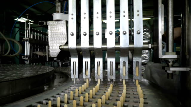 die automatische förderstrecken für die herstellung von speiseeis - gefrierkost stock-videos und b-roll-filmmaterial