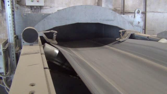 vidéos et rushes de la bande transporteuse sur l'ascenseur est vide sans grain est préparé pour le mouvement de la charge - seigle grain