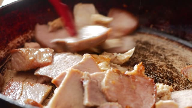 the cook pan fries meat. the man fries meat on the burning frying pan. fire on a frying pan. close up. roasting of meat fire on a frying pan. - filetto video stock e b–roll