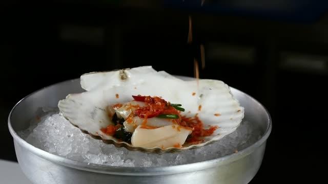 vidéos et rushes de le cuisinier prépare une mer salade de pétoncles. - bivalve