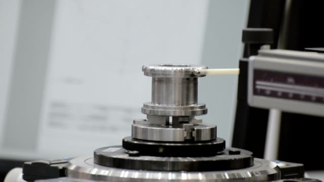 The coordinate measuring machine measures a rotating part video