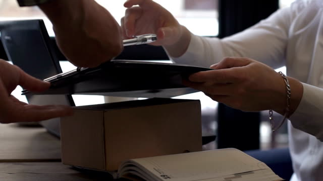 The courier brought the parcel to the office - vídeo