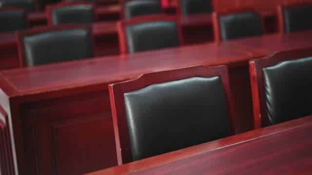 domstols rummet övervägde fall som var relaterade till olika fall. - dom bildbanksvideor och videomaterial från bakom kulisserna