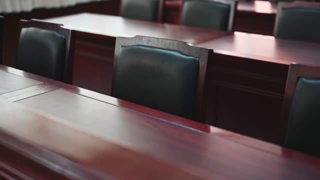 domstols rummet övervägde fall som var relaterade till olika fall. - lagbok bildbanksvideor och videomaterial från bakom kulisserna