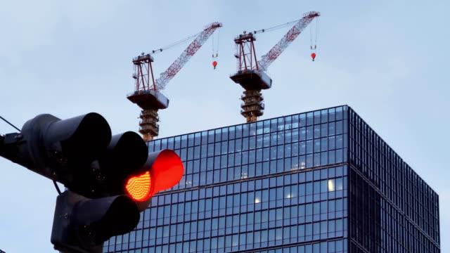 名古屋日本の建物の上にクレーン ビデオ