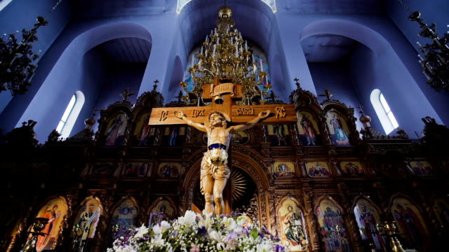 vídeos de stock e filmes b-roll de the crucifixion of jesus christ in the church - crucifixo