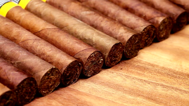 küba purosu, el yapımı - puro stok videoları ve detay görüntü çekimi